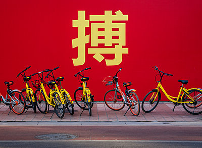Bikes parked on the street; Beijing, China - p442m2019639 by Dosfotos