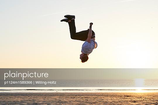 Akrobat am Strand - p1124m1589366 von Willing-Holtz