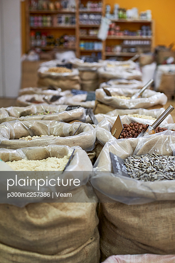 Organic food in sack at store - p300m2257386 by Veam
