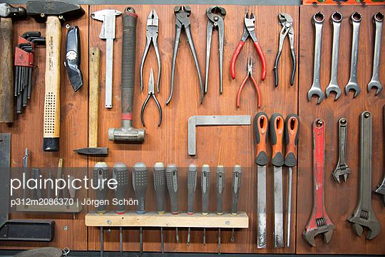 Tools hanging in workshop - p312m2086370 by Jörgen Schön