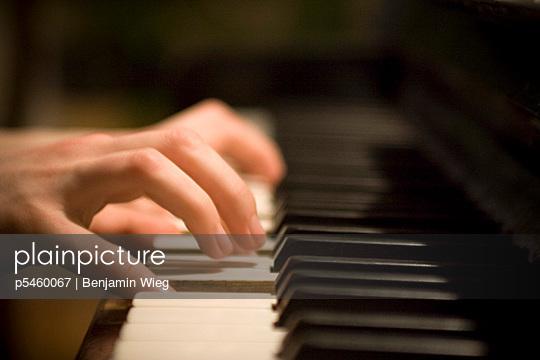 Hände auf Klaviatur - p5460067 von Benjamin Wieg