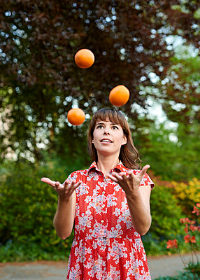 Juggling - p1124m1134807 by Willing-Holtz