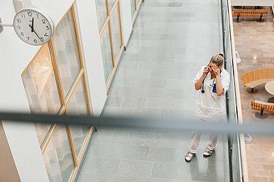 Female doctor on the phone - p312m2174703 by Scandinav