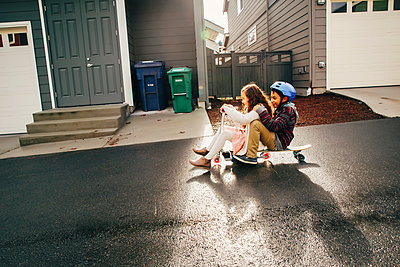 Mixed race children playing outdoors - p555m1305907 by Inti St Clair photography