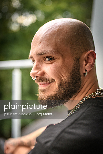 Man with full beard and nose piercing - p1267m2258793 by Jörg Meier