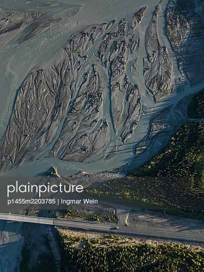 Dronenaufnahmen eines Gletscherflusses - p1455m2203785 von Ingmar Wein