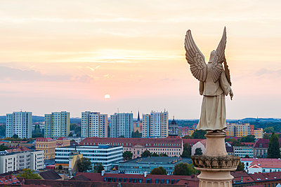 Germany, Potsdam, angel figurine of St. Nicholas church and concrete tower blocks in the background - p300m1192237 by Werner Dieterich