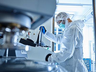 Chemist working in industrial laboratory - p300m2079105 von Christian Vorhofer