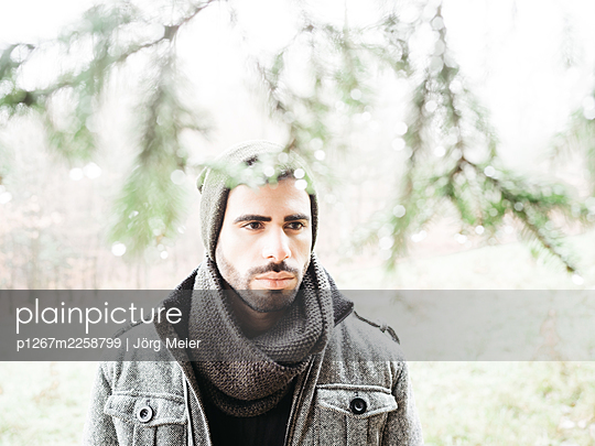 Portrait of man with scarf and cap - p1267m2258799 by Jörg Meier
