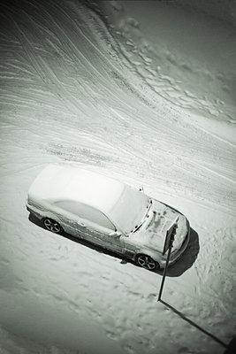 Snowcapped car in the street - p1418m1572168 by Jan Håkan Dahlström