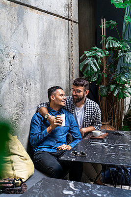 Gay couple sitting at outdoor cafe, Barcelona, Spain - p300m2154475 by VITTA GALLERY