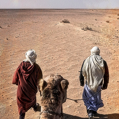 Men with camel in the desert - p636m2021657 by François-Xavier Prévot
