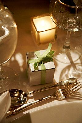 Geschenk beim Dinner - p6600038 von Eva Häggdahl