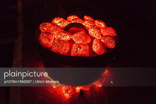 Topf mit glühenden Kohlen - p1079m1562097 von Ulrich Mertens