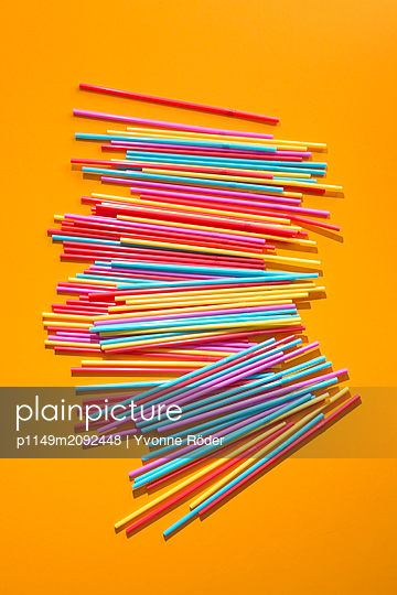 Drinking straws made of plastic - p1149m2092448 by Yvonne Röder