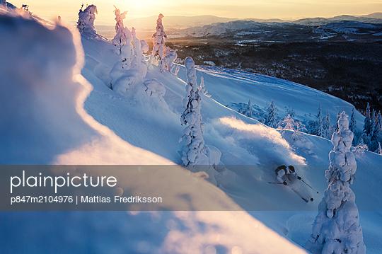 Off pist skiing in powder snow in Duved, Åre, northern Sweden. - p847m2104976 by Mattias Fredriksson