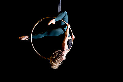 Aerial dancing beauty - p1166m2135977 by Cavan Images