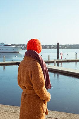 Frau schaut aufs Wasser - p432m1217185 von mia takahara