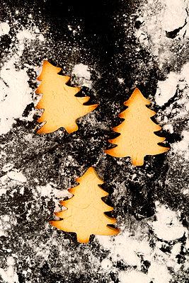 Plätzchen Tannenbäume  - p451m2086940 von Anja Weber-Decker