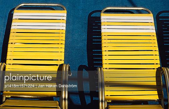 Gelbe Liegestühle - p1418m1571224 von Jan Håkan Dahlström