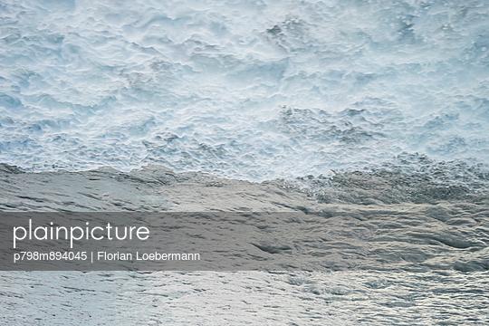 Welle verkehrt herum - p798m894045 von Florian Loebermann