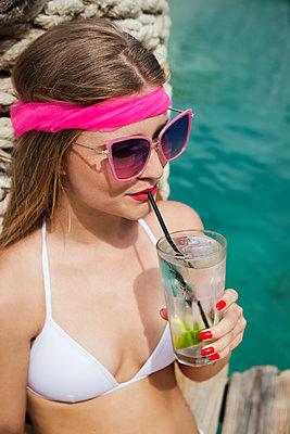 Glücklich am Strand mit Getränk - p045m2053146 von Jasmin Sander