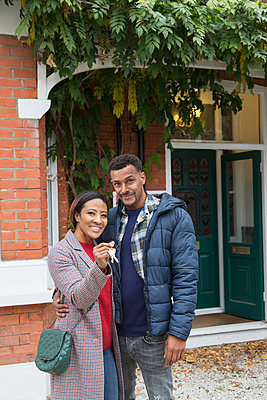 Portrait confident couple with house keys outside new house - p1023m2087945 by Robert Daly