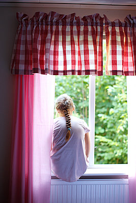 Mädchen am Fenster - p249m1128688 von Ute Mans