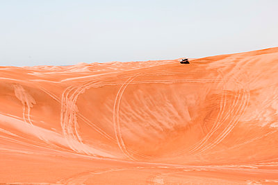 Sultanate Of Oman, Wahiba Sands, Dune bashing in an SUV - p300m2104054 by Valentin Weinhäupl