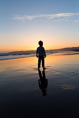 Kleiner Junge am Strand bei Sonnenuntergang - p756m2054509 von Bénédicte Lassalle