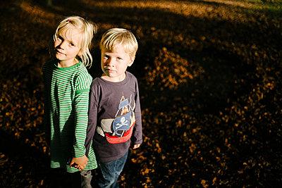 Zwei Kinder im Wald - p819m1128389 von Kniel Mess