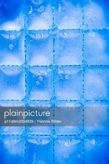 Ice cubes - p1149m2004939 by Yvonne Röder