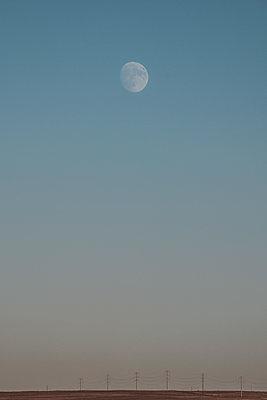 Moon rise in the plains - p1166m2073552 by Cavan Images
