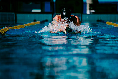 Professional young male swimmer swimming in pool - p300m2225380 by Eva Blanco