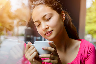 Young woman drinking coffee - p422m987451 by Büro Monaco