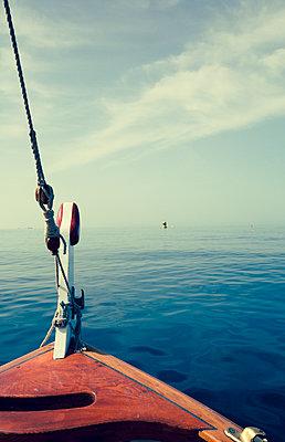 Unheimliche Stimmung auf einem Bootsausflug - p432m1586455 von mia takahara