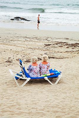 Twins on a beach in Spain - p902m831751 by Mölleken