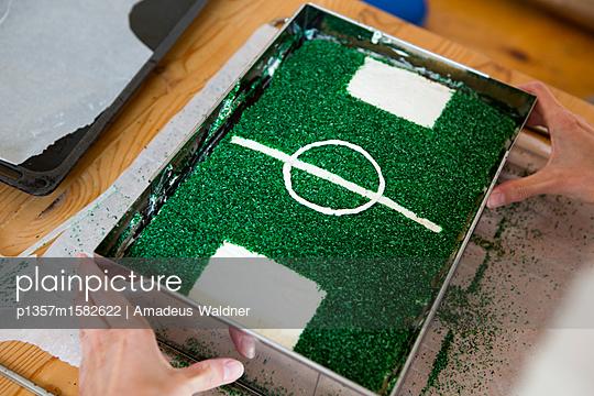 Fußballkuchen mit Kokosstreusel_2 - p1357m1582622 von Amadeus Waldner