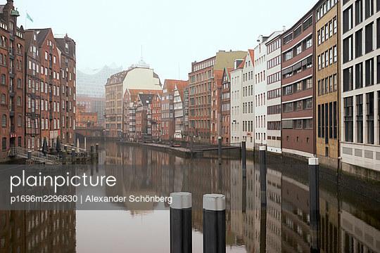 Town canal, Speicherstadt, Nikolaifleet, Hamburg - p1696m2296630 by Alexander Schönberg
