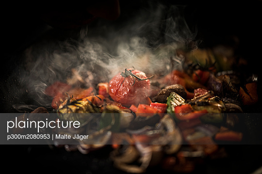 Fried vegetables with herbs - p300m2080953 by Malte Jäger