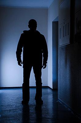 Silhouette eines Mannes im Flur - p794m1035075 von Mohamad Itani
