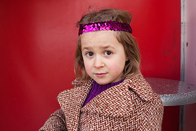 Little girl with headband - p8280038 by souslesarbres