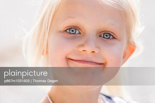 Funny little girl - p867m1031603 by Thomas Degen