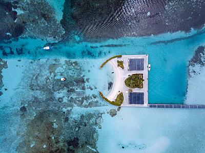 Maldives, Aerial view of bungalows - p300m2023467 von Konstantin Trubavin