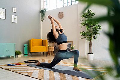 WOman doing yoga or fitness at home - p300m2275424 von Giorgio Fochesato