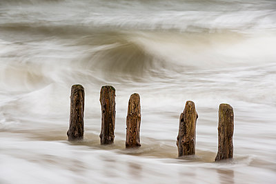 Germany, Schleswig-Holstein, Sylt, breakwaters and waves - p300m965390f by Stephan Rech