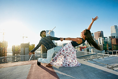 Couple dancing on urban rooftop - p555m1521421 by Peathegee Inc