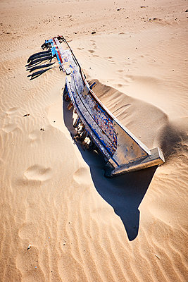 Old boat - p851m2077251 by Lohfink