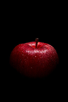 Red apple - p1540m2185316 by Marie Tercafs