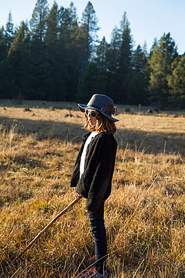 Girl doing a nature hike in Yosemite National Park - p756m1496087 by Bénédicte Lassalle
